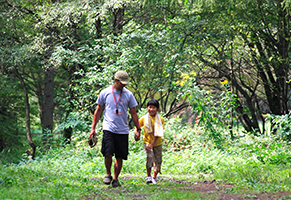 家族でもキャンプを楽しんでいるとか…。これは5年ほど前の写真で、お嬢さんと一緒に散歩しているところ。今では中学生ですが仲よしだそうです