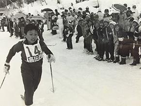 小学6年生時代の雄姿。新潟県上越市のクロスカンントリースキー地区大会で、男女混合リレーのアンカーとしてスタートした瞬間。地方紙に掲載されたワンカットで結果は見事優勝!
