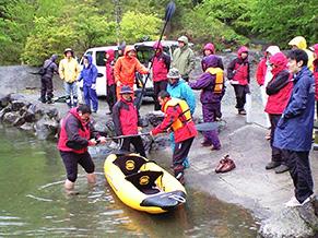 2008年、カヌーの発売を控え営業部でカヌー研修を開催。雨天で寒い中、全員で作ったあったかい料理が最高に美味しかったと振り返る