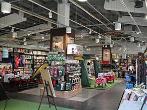 明るく動線に優れた店内。解放感あふれる空間に豊富な商品が並ぶ