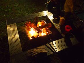 佐藤さんのお気に入りは、ファイアースパイダーとファイアープレイステーブルの組み合わせ。みんなとの会話をつまみにお酒と炎を楽しむ時間が一番好きだとか…現在、焚火料理を研究中。