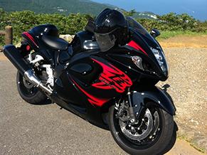 愛車はスズキの隼。これで年に何回かツーリングするのが楽しみだ。会社のバイク仲間と東北などを巡ることも。写真は、一昨年伊豆スカイラインにて。