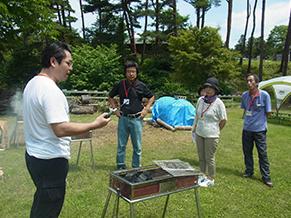 陸前高田の仮設住宅地で開催した支援BBQイベントの一コマ。支援活動として、住民の方に火熾しレクチャーをした