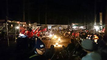 田中ケンさんのキャンプ場「アウトサイドベース」にてプライベートキャンプの一コマ。<br /> プライベートなのに生バンドが入るという贅沢キャンプを満喫した