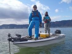 琵琶湖での雄姿。釣りの話になると下がる目尻が、息子さんの同行でさらに下がった