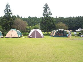 毎年恒例となっている5家族20人でのキャンプ風景。山本さんの明るい笑い声が聞こえてきそう…