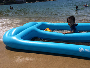 「次男が3歳になった頃から家族でキャンプに行くようになりました。年に2~3回ですね。海水浴に も連れて行きますよ。これは福岡の茶屋(けや)海水浴場です」