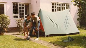 イギリス時代の思い出。自宅庭に張ったテントで友達や弟と共に…。友人とは今でも親交があるという