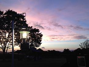 プライベートキャンプで。夕景に移るギアが美しくて思わず撮った一枚。