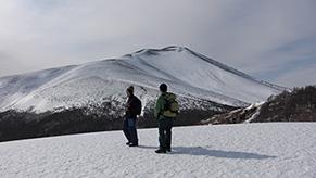 軽井沢店々長に着任した際、仲のよい軽井沢のキャンプ場のスタッフ達と雪山トレッキングに行った際のワンシーン