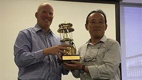 今年10月、Colemanが所属するOutdoor&RecreationDivisionのPresidentが来日した際、功績を讃え、サプライズでゴールドのランタンが贈られた
