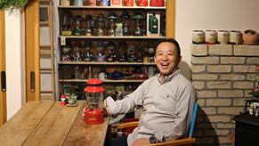 小林さんの奥さんが昨年オープンさせたカフェ「森のじかん」。店内には小林さんのコレクションが所狭しと並んでいる